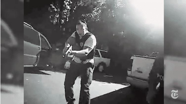 """Capture d'écran rendue publique par la police de Charlotte (Etats-Unis) et publiée par le """"New York Times"""". Ces images ont été tournées lors de l'incident au cours duquelKeith Scott, 43 ans, est mort, le 20 septembre 2016. (THE NEW YORK TIMES)"""