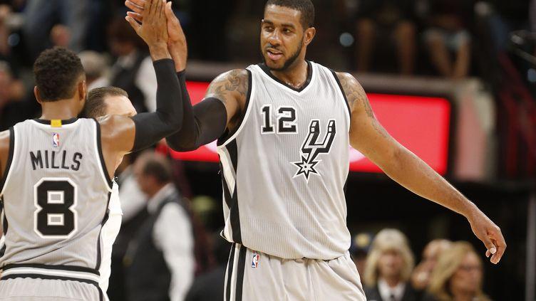 L'intérieur des Spurs, LaMarcus Aldridge, félicité par son coéquipier, Patty Mills  (RONALD CORTES / GETTY IMAGES NORTH AMERICA)