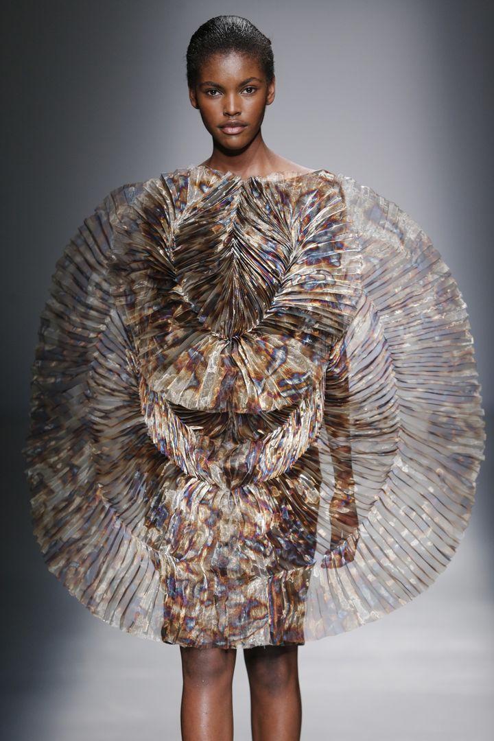 La robe feu au défilé d'Iris Van Herpen pap féminin automne-hiver 2015-16, à Paris  (Iris Van Herpen)