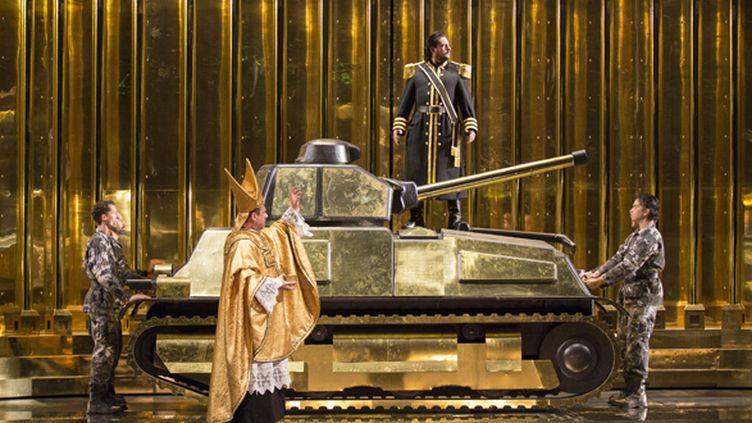 sur le char : Marcelo Alvarez (Radamès) et Roberto Scandiuzzi (Ramfis)  (Opéra national de Paris/ Elisa Haberer)