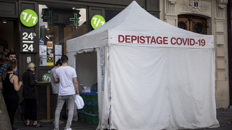 Une tente de dépistage du Covid-19 à Paris, le 5 septembre 2021. (MAGALI COHEN / HANS LUCAS / AFP)