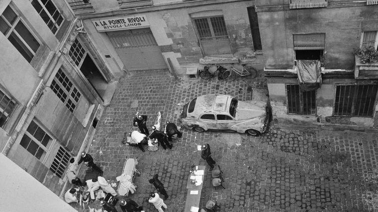 Les secours auprès des victimes de l'attentat de la rue des Rosiers, le 9 aout 1982, dans le centre de Paris. (JACQUES DEMARTHON / AFP)
