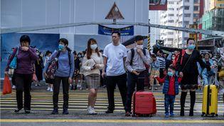 Des personnes portent un masque à Hong Kong le 24 janvier 2020. (VERNON YUEN / NURPHOTO / AFP)