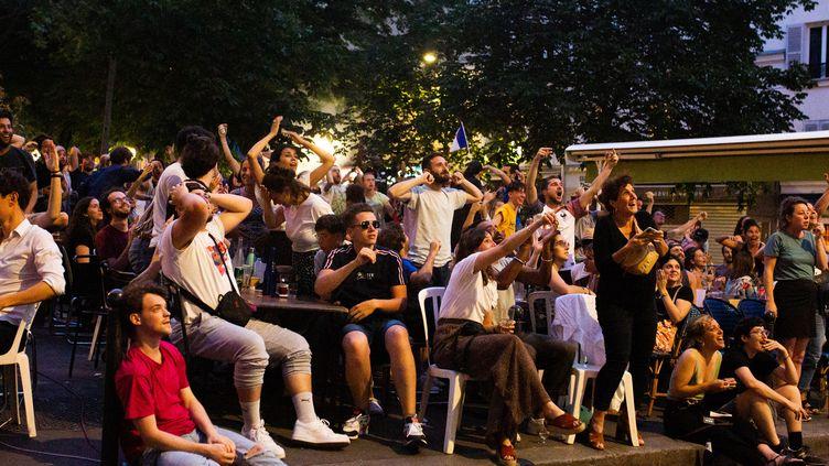 Des supporteurs français regardent un match de l'Euro entre la France et l'Allemagne dans une rue de Paris, le 15 juin 2021. (RAPHAEL KESSLER / HANS LUCAS / AFP)