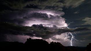 Un orage près des côtes de la Corse, le 20 septembre 2019. (PASCAL POCHARD-CASABIANCA / AFP)