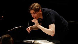 Klaus Mäkelä conduit l'Orchestre de Paris à la Philarmonie en juillet 2020. (FRANCOIS GUILLOT / AFP)