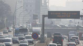 Un panneau d'information invite à ralentir sur le périphérique parisien, en raison d'un pic de pollution, le 18 mars 2016. (CAROLINE PAUX / CITIZENSIDE / AFP)