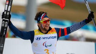 Benjamin Daviet après la victoire de son équipelors de l'épreuve de relais en ski de fond, le 18 mars 2018, lors des Jeux paralympiques de Pyeongchang (Corée du Sud). (THOMAS LOVELOCK / OIS/IOC / AFP)