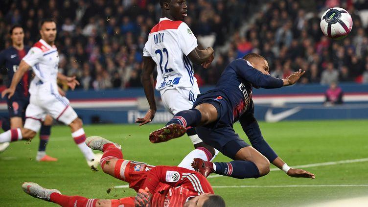 Le gardien lyonnais Lopez fauche le Parisien Mbappé dans la surface (ANNE-CHRISTINE POUJOULAT / AFP)