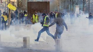 """Des heurts entre """"gilets jaunes""""et forces de l'ordre à Clermont-Ferrand, le 23 février 2019. (THIERRY ZOCCOLAN / AFP)"""