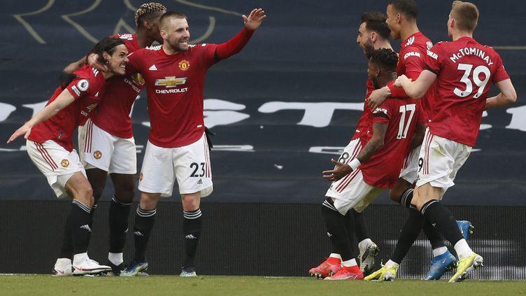 Les joueurs de Manchester United célèbrent le but de Cavani (MATTHEW CHILDS / POOL)
