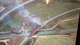 Vue aérienne du déraillement d'une rame non-commerciale d'un TGV, qui effectuait des essais sur la nouvelle ligne à grande vitesse au nord de Strasbourg, qui a déraillé samedi 14 novembre 2015,à Eckwersheim (Bas-Rhin). (FRANCE 3 ALSACE)