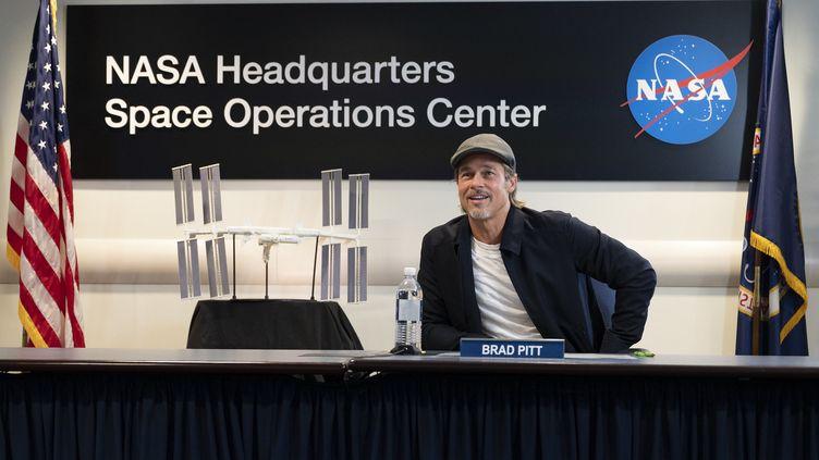 Brad Pitt discute avec l'astronaute Nick Hague depuis le siège de la Nasa àWashington (Etats-Unis). (JOEL KOWSKY / NASA / AFP)