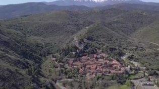 Les équipes de France Télévisions vous font découvrir le petit village de Castelnou (Pyrénées-Orientales), avec ses murs fortifiés et son château millénaire, pour le JT du 12/13 de France 3. (FRANCE 3)