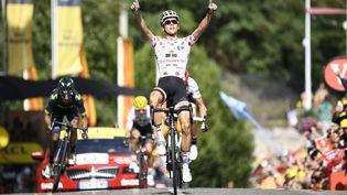 Le coureur français Warren Barguil remporte la 13e étape du Tour de France entre Saint-Girons et Foix (Ariège), le 14 juillet 2017. (YORICK JANSENS / BELGA MAG / AFP)