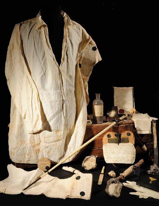 La dernière chemise portée par Napoléon et autres effets.  (Maison de vente Osenat)