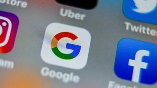 Une application Google sur un smartophe, photographiée le 28 août 2019. (DENIS CHARLET / AFP)