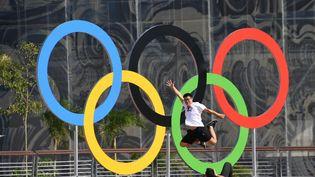 Les anneaux olympiques dans leparc olympique de Rio de Janeiro (Brésil), le 31 juillet 2016. (KIRILL KUDRYAVTSEV / AFP)