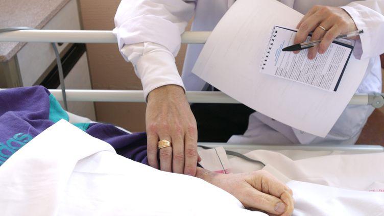 Dans l'unité de soins palliatifs de l'hôpital dePuteaux(Hauts-de-Seine) le 26 avril 2008. (PHILIPPE MARIANA / MAXPPP)