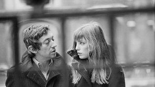 Serge Gainsbourg et Jane Birkin dans la cour de'École nationale supérieure des beaux-arts de Paris, le 2 janvier 1969. (JACQUES HAILLOT / SYGMA / GETTY IMAGES)