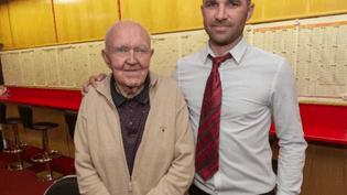 Dennis O'Connor avec le manager du bureau de paris sportifs (CAPTURE ECRAN FRANCE 2)