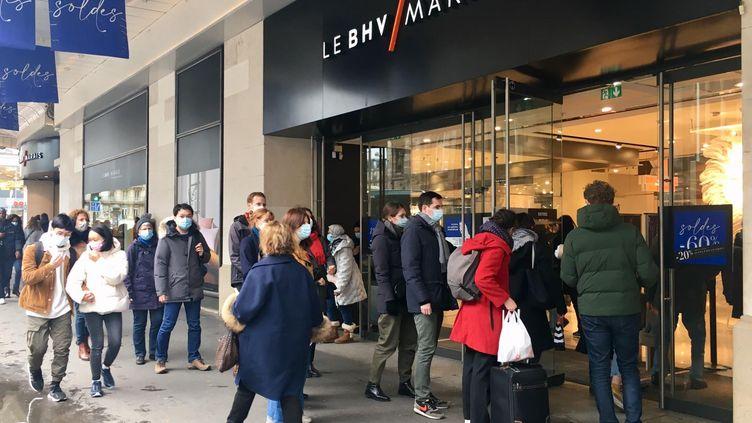 Les clients ont été nombreux à profiter du dernier jour d'ouverture des magasins de plus de 20 000 m² pour faire leurs achats. (MARGAUX CAROFF / RADIO FRANCE)