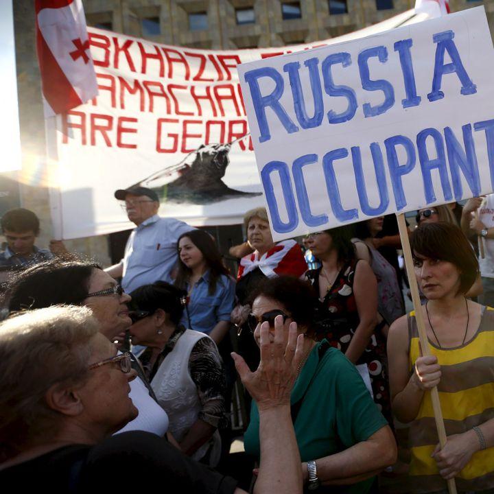 Manifestation à Tbilissi, la capitale géorgienne,en juillet 2015, contre les tentatives russes de prendre le contrôle de l'oléoduc Bakou-Soupsa en déplaçant la frontière avec l'Ossétie du Sud.