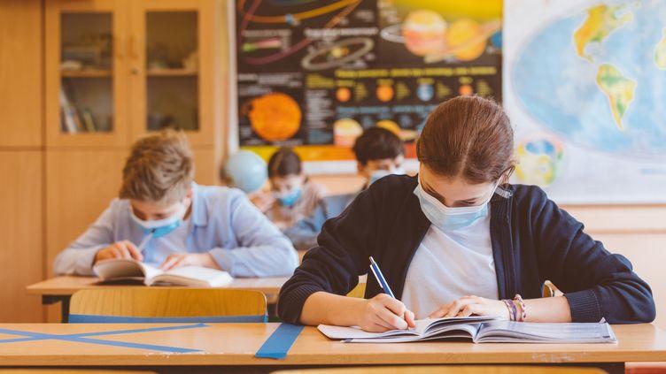 Depuis le déconfinement,collégiens et lycéens doivent porter un masque en classe(photo d'illustration). (GETTY IMAGES)