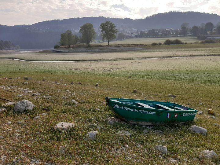 Une étendue d'herbe remplace aujourd'hui la rivière, victime de la sécheresse àVillers-le-Lac (Doubs). (ALAIN GASTAL / RADIO FRANCE)
