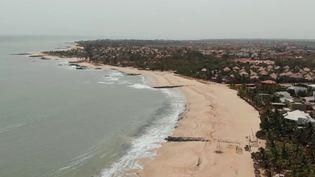 Le maintien des mesures de confinement fait grincer les dents au Sénégal. Le président Macky Sall a dû assouplir quelques mesures, mais la situation économique sur place génère de nombreuses inquiétudes. (FRANCE 2)