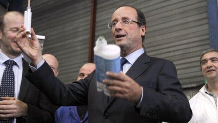 François Hollande a visité jeudi matin une usine de colle dans le Val d'oise (AFP)