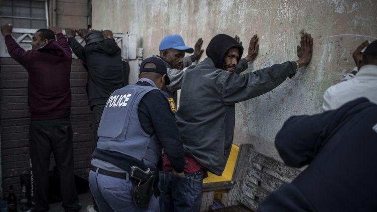 Opération conjointe de la police sud-africaine et des forces nationales de défense contre le trafic de drogues dans la ville du Cap. Photo prise le 9 août 2019. La drogue représente un problème majeur de santé publique et de criminalité en Afrique du Sud. (MARCO LONGARI / AFP)