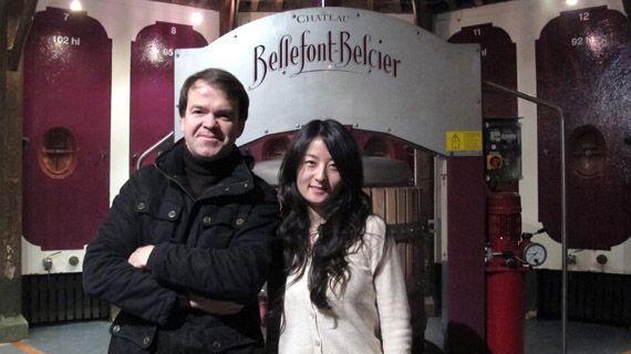Le directeur du château Bellefont-Belcier, Emmanuel de Saint-Salvy et son assistante,Xuan Fei, le 16 janvier 2013 à Saint-Emilion (Gironde). (THOMAS BAIETTO / FRANCETV INFO)