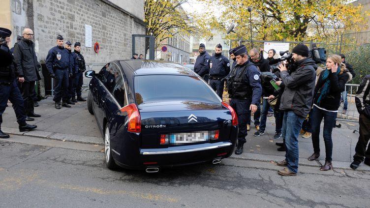 Nicolas Sarkozy arrive en voiture au palais de justice de Bordeaux, le 22 novembre 2012. (JEAN-PIERRE MULLER / AFP)