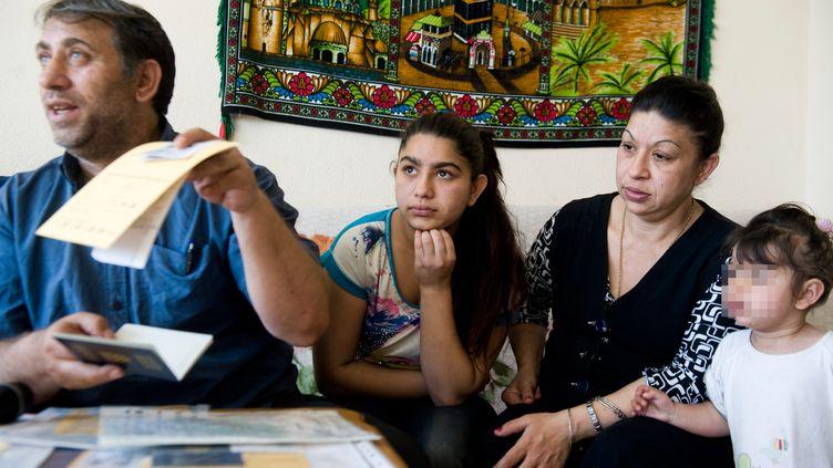Leonarda Dibrani, entourée de ses parents, en mai 2014 à Mitovica (Kosovo). (ARMEND NIMANI / AFP)