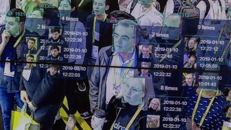 Une démonstration de l'utilisation de l'intelligence artificielle et de la reconnaissance faciale lors du CES 2019 à Las Vegas, le 10 janvier 2019 (photo d'illustration). (DAVID MCNEW / AFP)