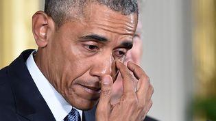 Barack Obama verse une larme lors d'un discours sur la violence due aux armes à feu, le 5 janvier 2016, à Washington (Etats-Unis). (MANDEL NGAN / AFP)