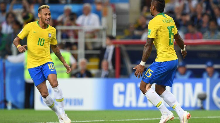 Pailinho et Neymar célèbrent le premier but du Brésil face à la Serbie, le 27 juin 2018. (FRANCISCO LEONG / AFP)