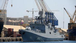 """La frégate russe """"Amiral Grigorovich"""" amarrée à un quai de Port-Soudan le 1er mars 2021. Autorisée déjà à faire escale, la marine russe souhaite désormais avoir une base permanente au Soudan. (IBRAHIM ISHAQ / AFP)"""