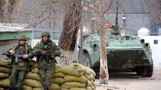 Des militaires russes dans le port de Sébastopol en Crimée (Ukraine), le 2 mars 2014. (VIKTOR DRACHEV / AFP)