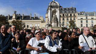 Des anonymes attendent devant l'égliseSaint-Sulpice, lundi 30 septembre 2019 à Paris, avant la messe d'hommage pour Jacques Chirac. (VALERIY MELNIKOV / SPUTNIK / AFP)