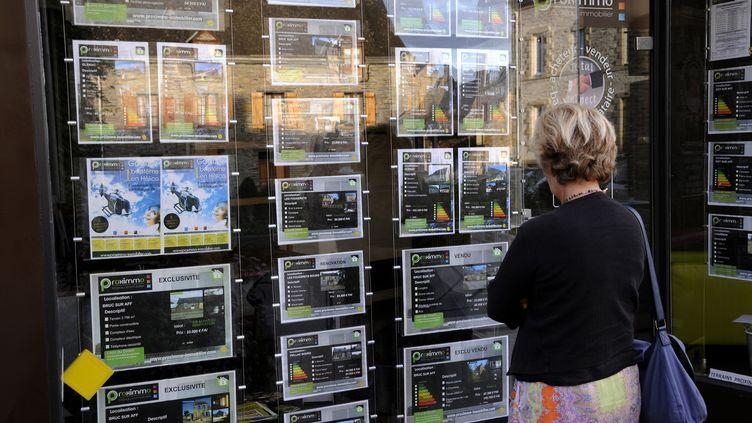 La vitrine d'une agence immobilièreà La Gacilly ( Morbihan), en septembre 2013. (ALAIN LE BOT / AFP)