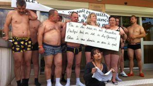 Une douzaine de commerçants posent en sous-vêtements devant le centre des impôts de Soyaux (Charente) pour protester contre les charges, mardi 27 mai 2014. (FRANCE 3 POITOU-CHARENTES)