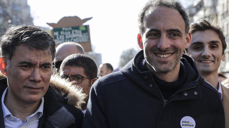 """RaphaëlGlucksmann (D) et le premier secrétaire du PS Olivier Faure défilent à la """"Marche du siècle"""" pour le climat, le 16 mars 2019, à Paris. (THOMAS SAMSON / AFP)"""