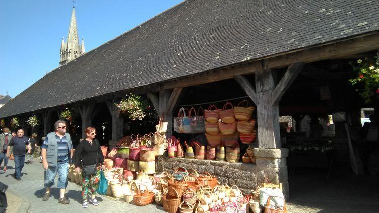 Les Halles de Questembert et leur marché des producteurs locaux. (MANON KLEIN / FRANCEINFO / RADIOFRANCE)
