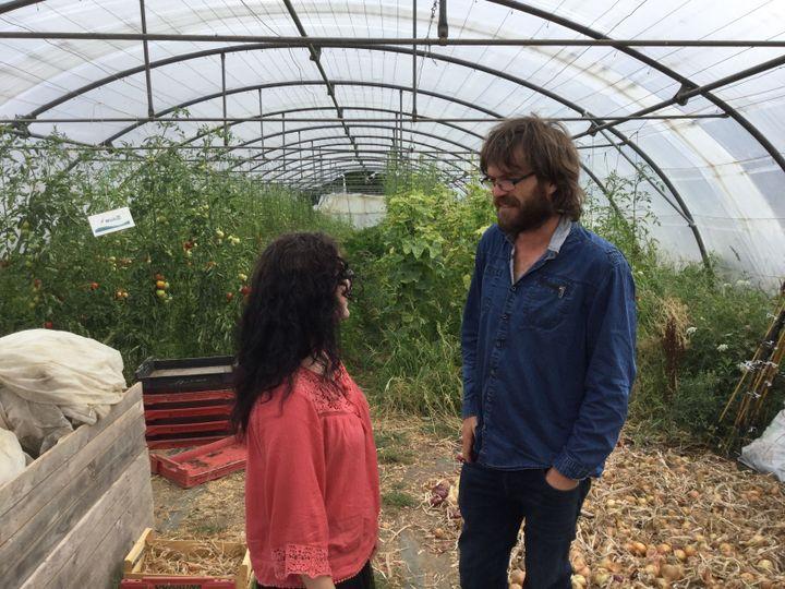 L'agriculteur Yoann Morice discute avec une amie dans sa ferme bio, mardi 30 juillet 2019, à Chauvé (Loire-Atlantique). (CLEMENT PARROT / FRANCEINFO)