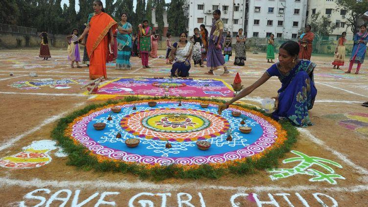 Ainsi, ce concours de rangoli à Hyderabad. Les rangoli sont des figures traditionnelles réalisées en poudres colorées. Partout en Inde dans les villages, les femmes font ces dessins chaque matin sur les seuils ou dans la cour des maisons ou sur le sol des temples. A l'occasion de ce concours, une femme a rajouté une alerte sur le sort fait aux filles en Inde. (Noah SEELAM / AFP)