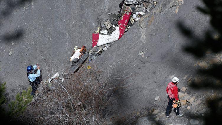 (Les opérations de recherche se poursuivent sur les lieux du crash de l'A320 © MAXPPP)