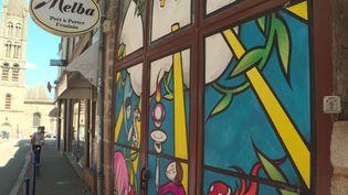 """27 vitrines abandonnées du centre-ville de Limoges """"redécorées"""" par des artistes de street art (P. Coussy / France Télévisions)"""