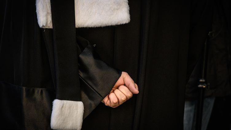 Un avocat à Lyon, le 6 janvier 2020. Photo d'illustration. (JEAN-PHILIPPE KSIAZEK / AFP)